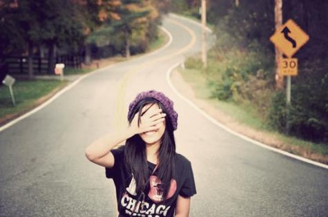 menina-na-estrada